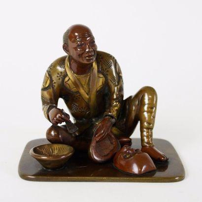 JAPON Figurine en bronze à deux patines représentant...