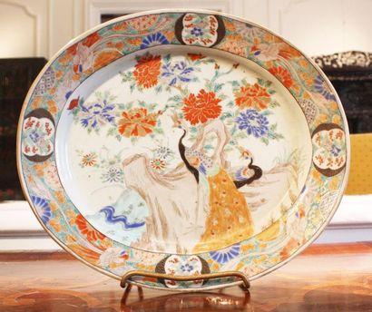 JAPON Plat ovale en porcelaine polychrome...