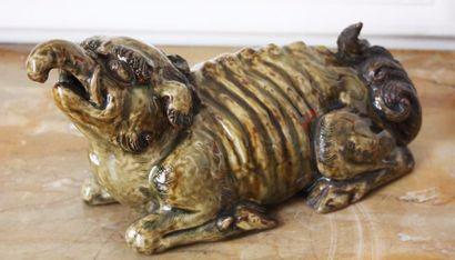 JAPON Figurine représentant une chimère couchée...