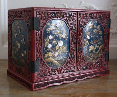 JAPON Cabinet de voyage en bois laqué rouge...