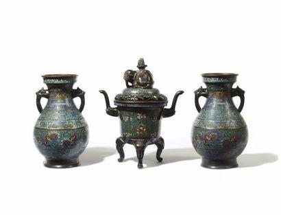 JAPON Garniture d'autel comprenant une paire...