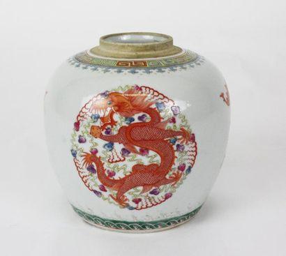 CHINE Petite jarre en porcelaine aux médaillons...