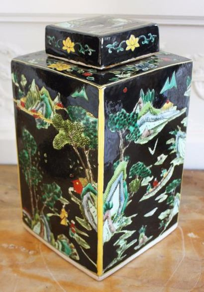 CHINE Grand pot couvert en porcelaine de...