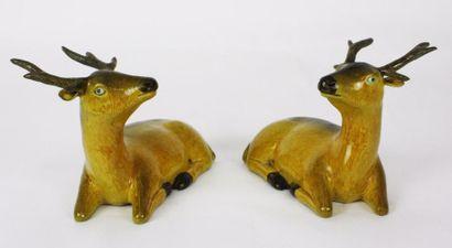 CHINE Paire de cerfs en porcelaine émaillée...