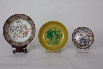 CHINE Ensemble de trois coupes en porcelaine...