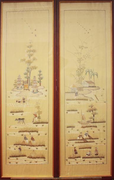 CHINE Deux panneaux de soie brodée représentant...
