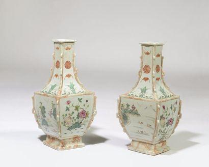 CHINE Paire de vases quadrangulaires à col...