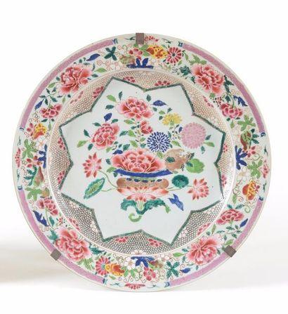 CHINE Plat circulaire en porcelaine décoré...
