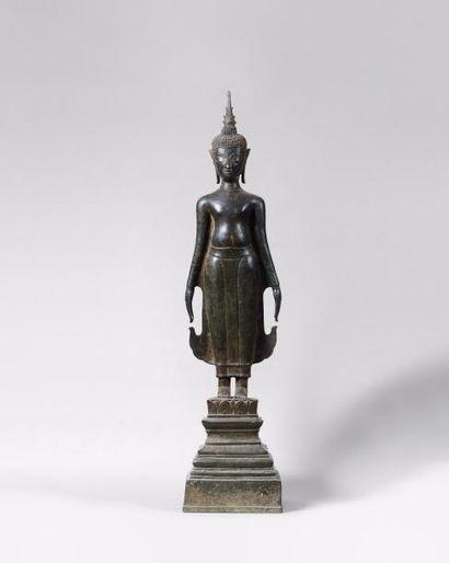 LAOS Figurine représentant un bouddha debout en position hiératique en bronze à...