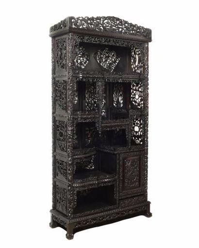 CHINE ou INDOCHINE Grand meuble de présentation...