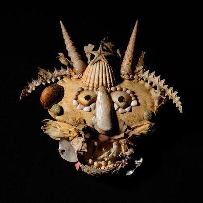 PASCAL-DESIR MAISONNEUVE (1863-1934) Attribué à «Masque cornu» Coquillages, carapace...