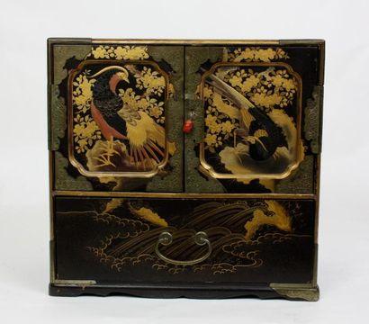 JAPON Cabinet en laque à décor de plumes...