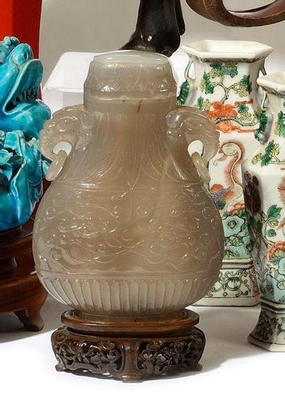 CHINE Vase couvert en agate, les anses à...