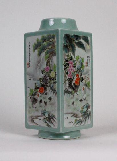 CHINE Vase carré en porcelaine émaillée à...
