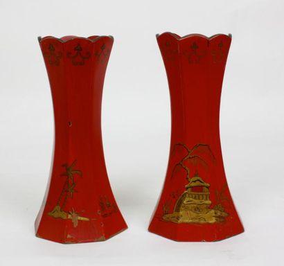 CHINE Paire de vases cornets en bois laqué...