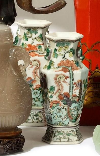 CHINE Paire de petits vases de forme balustre...