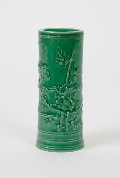 CHINE Petit pot à fleurs en porcelaine émaillée...