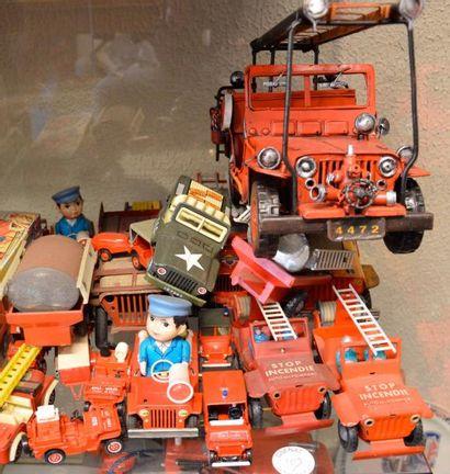 """""""Ensemble de Jeeps Willys """"  Jeep pompiers en tôle litho à moteur mécanique, avec..."""