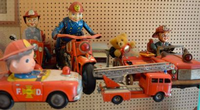 """""""Jouets en tôle lithographiée""""  Pompier motard à moteur électrique de Modern Toys,..."""