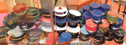 """""""Mini casquettes et Képis"""" Lot de plus de 60 mini casquettes et mini képis. Comprend:..."""