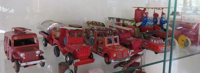 """"""" Petits jouets en tôle litho :""""  Deux Jeeps « Stop Incendie » chacune avec 2 pompiers,..."""