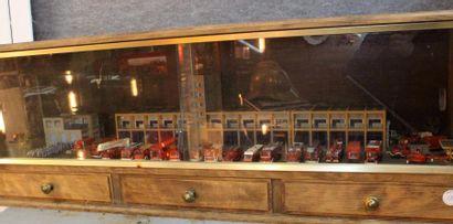 """Diorama Caserne"" Montage artisanal en diorama d'une caserne de pompiers, incluant..."