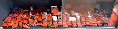 """"""" 220 Miniatures et leurs vitrines"""" Lot d'un peu plus de 220 miniatures, Marques..."""