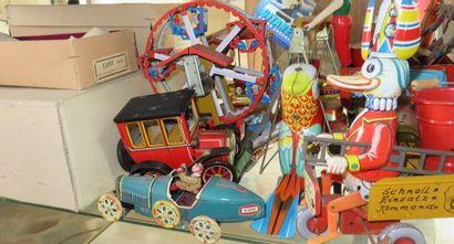 """""""Fort lot de jouets mécaniques en tôle imprimée ou lithographiée :"""" Canard sur tricycle..."""