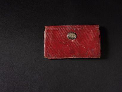 Petit portefeuille de poche de l'Empereur NAPOLÉON Ier. En maroquin rouge avec fermoir...
