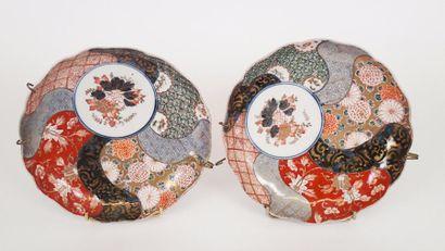 JAPON Deux assiettes en porcelaine d'Imari....
