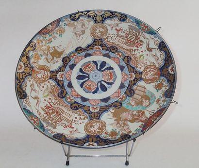 JAPON Grand plat circulaire en porcelaine...