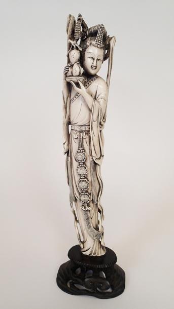 JAPON Grande figurine en ivoire sculpté représentant...