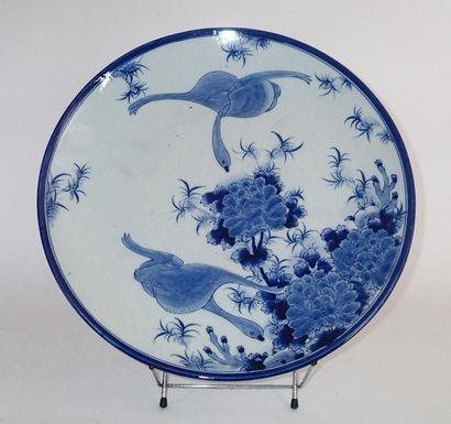 JAPON Grand plat en porcelaine décoré en...