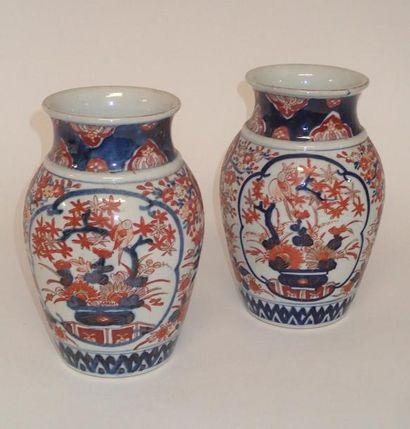 JAPON Paire de vases de forme balustre en...