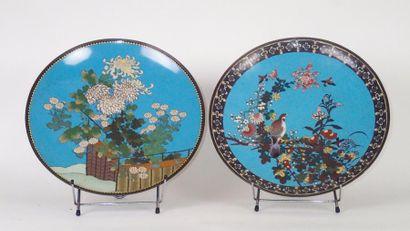 JAPON Deux plats circulaires en bronze cloisonné...