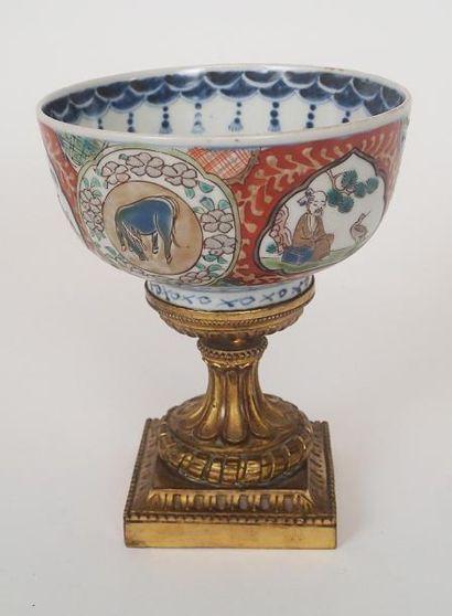 JAPON Bol en porcelaine polychrome à décor...