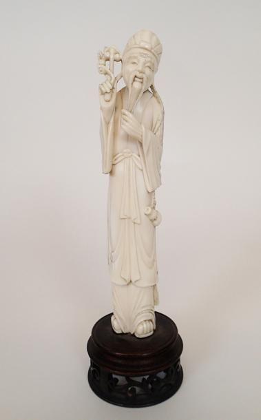 CHINE Figurine en ivoire sculpté représentant...
