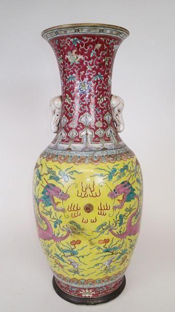 CHINE Rare et beau vase en porcelaine , de...