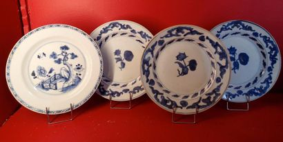 CHINE  Quatre assiettes plates en porcelaine...