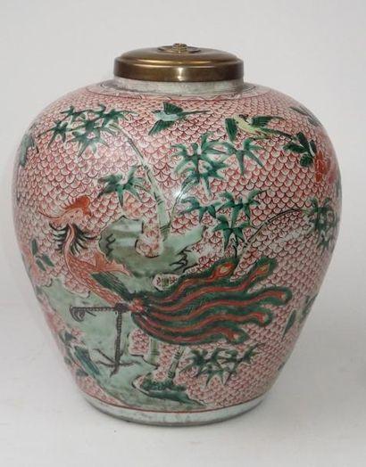 CHINE Vase ovoide en porcelaine décoré en...