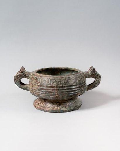 CHINE Vasque circulaire sur piédouche en bronze à patine verte, brune et rouge ,...