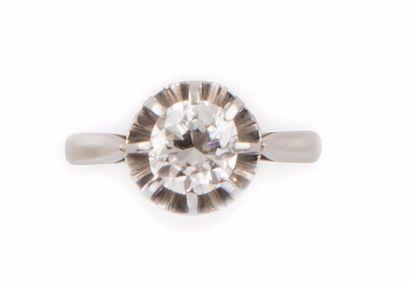 SOLITAIRE en or gris retenant un diamant...