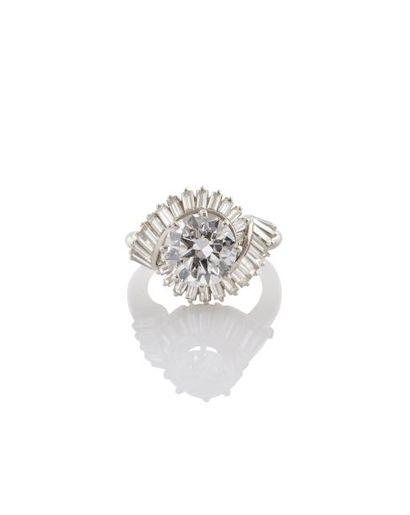 BAGUE TOURBILLON Années 1930 en platine et or gris 18K et diamants, ornée en son...