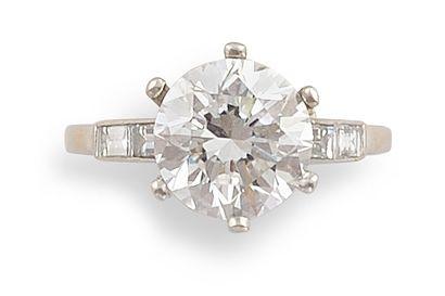 BAGUE SOLITAIRE en platine et diamants, retenant...