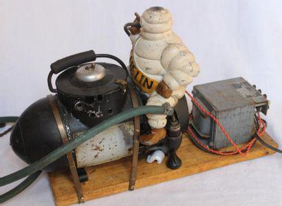 """""""Gonfleur Michelin"""" Gonfleur """"Michelin"""" avec son bibendum, peinture d'origine. Petit..."""