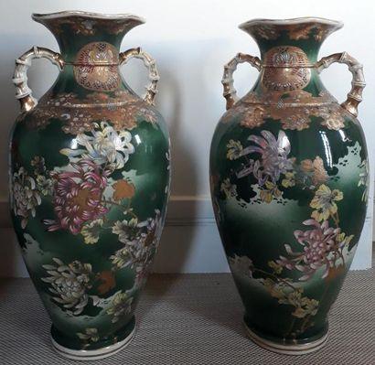 JAPON Paire de vases balustres en porcelaine...
