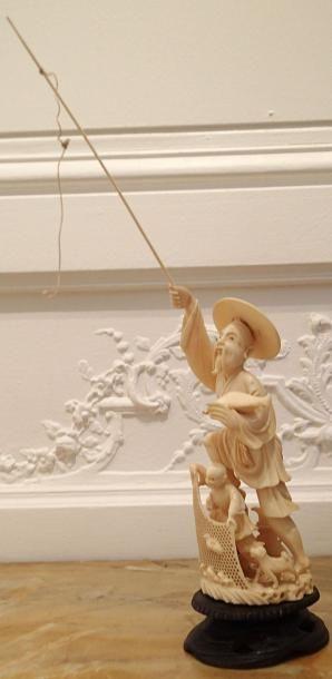 JAPON   Okimono en ivoire sculpté représentant...