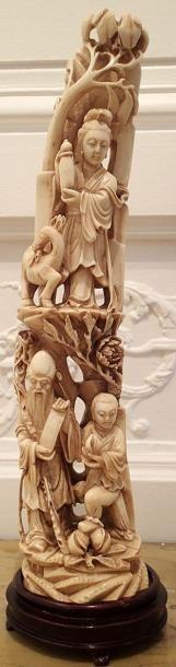 JAPON   Grand okimono en ivoire sculpté...