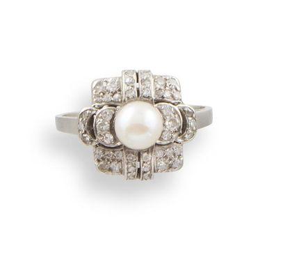 BAGUE ART DECO en platine, diamants et perle...