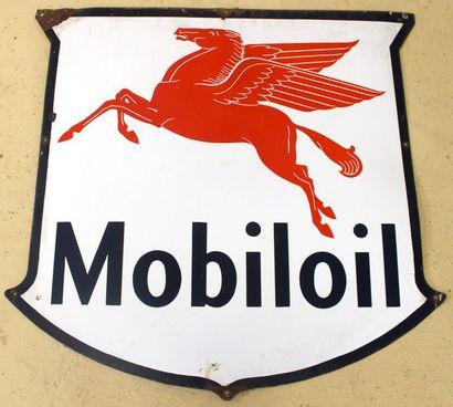 """"""" Plaque émaillée Mobilgas""""  Plaque émaillée simple face en forme de blason """"Mobiloil""""...."""